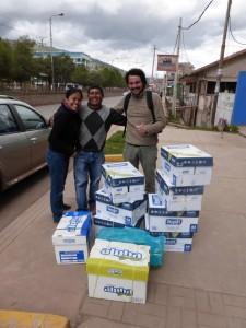 elena ben et leurs amis offrent du matériel scolaire