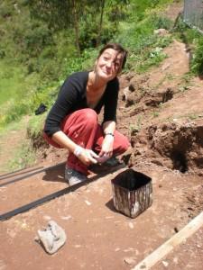 Laurence aussi aide à la construction de l'escalier - ASVIN