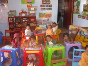 De nouvelles tables pour les maternelles - Mayubamba - 2016